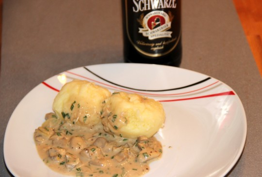 Kartoffelknoedel mit Schwarzbiersauce