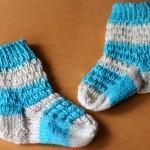 Gestrickte Socken für Babyfüße
