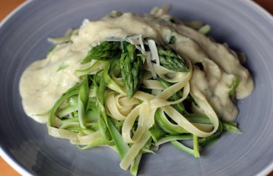 Nudeln mit grünem Spargel und Parmesansauce