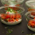 Kresse-Tzatziki mit Sauerteigbrot-Croutons und Paprikawürfelchen