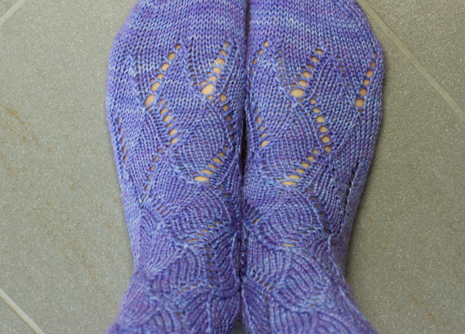 Gestrickte Socken mit Lochmuster by thecookingknitter.com
